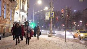 Los peatones se apresuran a lo largo de la acera del bulevar de Sretensky bajo nevadas anormales