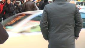 Los peatones y trafican 6 de 16 almacen de video