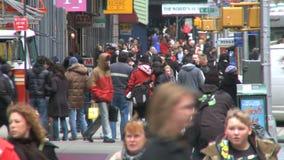 Los peatones y trafican 9 de 16 almacen de video
