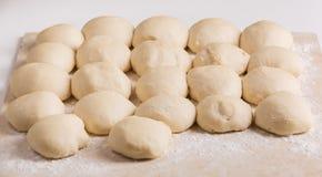 los pedazos Bola-formados de pasta se prepararon para la fabricación de las empanadas Fotos de archivo