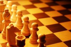 Los pedazos de ajedrez alinearon para el principio del juego Foto de archivo libre de regalías