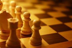 Los pedazos de ajedrez alinearon para el principio del juego Imágenes de archivo libres de regalías