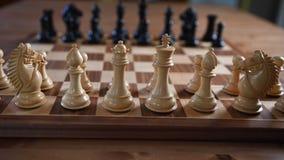 Los pedazos de ajedrez alistan para un partido metrajes