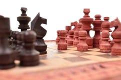 Los pedazos de ajedrez de madera en un tablero de ajedrez son únicos Imágenes de archivo libres de regalías