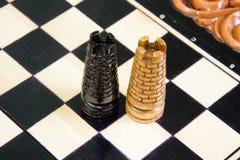 Los pedazos de ajedrez se ponen en el tablero de ajedrez Fotografía de archivo