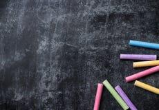 Los pedazos de escuela marcan con tiza en la pizarra negra vieja Imagen de archivo libre de regalías