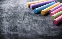Los pedazos de escuela marcan con tiza en la pizarra negra vieja Fotografía de archivo