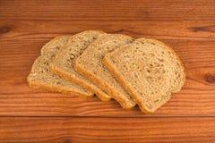 Los pedazos de pan en la tabla Fotografía de archivo