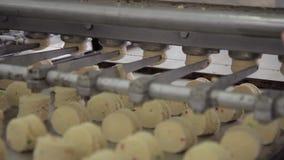 Los pedazos de pasta se forman usando el dispositivo automático en el taller de la panadería interior almacen de metraje de vídeo