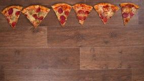 Los pedazos de pizza se separan y alineado, pare la animación del movimiento almacen de video