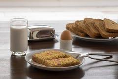 Los pedazos del caramelo se separaron en el pan con leche y el huevo Imágenes de archivo libres de regalías