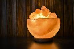 Los pedazos del cuenco salan la lámpara | Sal Himalayan imagenes de archivo