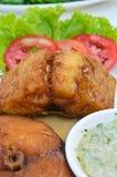 Los pedazos fritos de rey caballa, vierten la salsa Imagenes de archivo