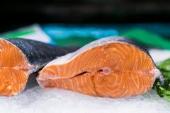 Los pedazos grandes de pescados rojos en el hielo en el mercado de pescados de la calle Foto de archivo libre de regalías