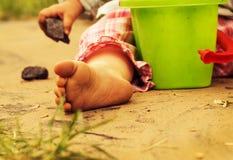 Los pellizcos de los niños en la arena caliente Imagen de archivo libre de regalías