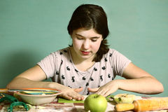 Los pelos oscuros largos de la muchacha preparan las empanadas con para cortar manzanas Imagenes de archivo