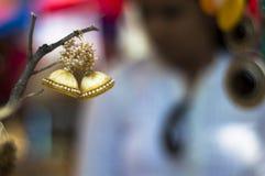 Los pendientes hechos a mano hermosos que hace a mujeres parecen hermosos Foto de archivo