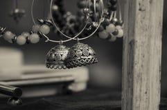 Los pendientes hechos a mano hermosos que hace a mujeres parecen hermosos Imágenes de archivo libres de regalías