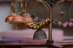 Los pendientes hechos a mano hermosos que hace a mujeres parecen hermosos Fotos de archivo