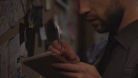 Los pensamientos lindos de la escritura del poli en la causa penal en cuaderno, sistematizan la información almacen de video