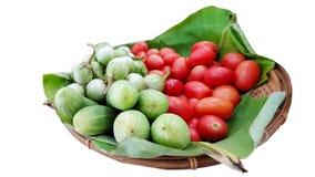Los pepinos, las berenjenas y los tomates son los ingredientes de la ensalada picante de Tailandia foto de archivo libre de regalías