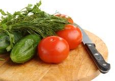 Los pepinos, los tomates, el hinojo y el cuchillo Imagenes de archivo