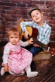 Los pequeños amantes de la música Foto de archivo