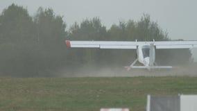 Los pequeños aviones del vintage acaban de aterrizar en el campo almacen de video