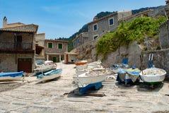 Los pequeños barcos de pesca en un barco ramp Mallorca Foto de archivo