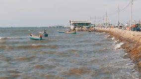 Los pequeños barcos de pesca de madera se sacuden en las ondas en el embarcadero tailandia asia Pattaya metrajes