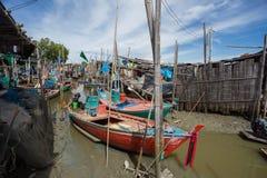 Los pequeños barcos de pesca tailandeses han atracado en el pueblo pesquero en el día t Imágenes de archivo libres de regalías