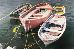 Los pequeños barcos de pesca viejos amarraron en el puerto de Avcilar Imagen de archivo