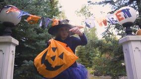 Los pequeños caramelos de las demandas de la bruja en la entrada a Halloween van de fiesta, truco-o-tratando metrajes