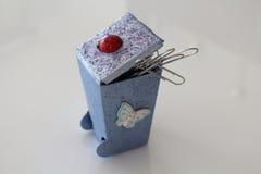 Los pequeños cubos de la basura hechos a mano decoupaged con la mariquita y la mariposa, objetos hechos a mano adornados usando d Fotografía de archivo