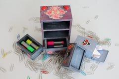 Los pequeños cubos de la basura hechos a mano decoupaged con la mariquita y la mariposa, objetos hechos a mano adornados usando d Imágenes de archivo libres de regalías