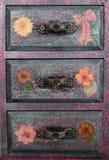 Los pequeños cubos de la basura hechos a mano decoupaged con la mariquita y la mariposa, objetos hechos a mano adornados usando d Imagenes de archivo