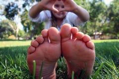 Los pequeños dedos del pie para arriba se cierran Imagen de archivo libre de regalías