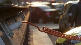 Los pequeños electro coches amarillos están cargando en la estación de la calle Primer metrajes