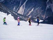 Los pequeños esquiadores ejercitan en la colina Escuela del esquí de los niños en Austria, Zams el 22 de febrero de 2015 Imagen de archivo libre de regalías