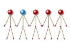 Los pequeños hombres hechos de los partidos rojos uno de ellos son diferentes Imagenes de archivo
