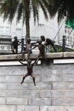 Los pequeños niños de la escultura están jugando fotografía de archivo