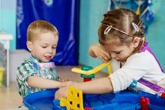 Los pequeños niños felices están jugando Imagen de archivo