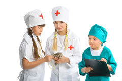 Los pequeños niños lindos se vistieron como el doctor tratado Fotos de archivo libres de regalías