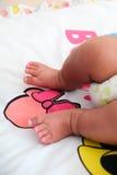 Los pequeños pies del niño Fotos de archivo libres de regalías