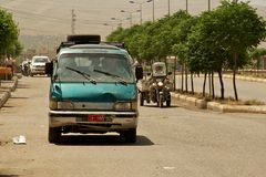 Los pequeños autobuses son los medios del transporte más populares y asombrosamente más rápidos en Oriente Medio. Irak Imagen de archivo