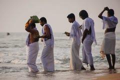 Los peregrinos caminan abajo al mar para ofrecer puja Fotos de archivo libres de regalías