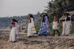 Los peregrinos caminan abajo al mar para ofrecer puja Imagen de archivo libre de regalías