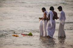 Los peregrinos caminan abajo al mar para ofrecer puja Foto de archivo