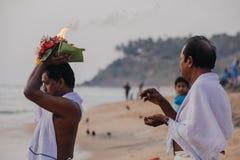 Los peregrinos caminan abajo al mar para ofrecer puja Imágenes de archivo libres de regalías