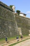 Los peregrinos caminan a lo largo de gigante, antiguo, pared de la ciudad, Valenã 8 Imagen de archivo